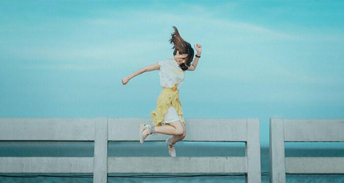 Hoppande kvinna som illustrerar att fysisk aktivitet kan lindra klimakteriebesvär